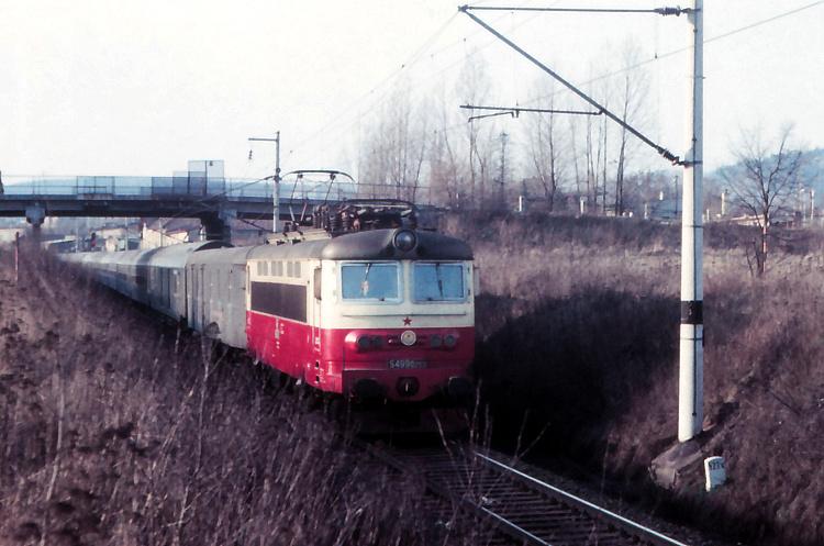 """Prvé fotografie """"plecháčov"""" som urobil na jar 1982 u Mariánskych Lázní - na obrázku je S 499.0203, jeden z troch prvých rušňov dodaných do depa v Plzni."""