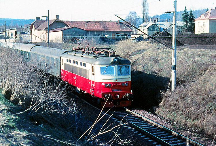 Ešte novotou voniaca S 499.0265 vychádza z Mariánskych Lázní do Plzne s rýchlikom, ktorý má radený  hneď za rušňom v tom čase nepostradateľný poštový vozeň.