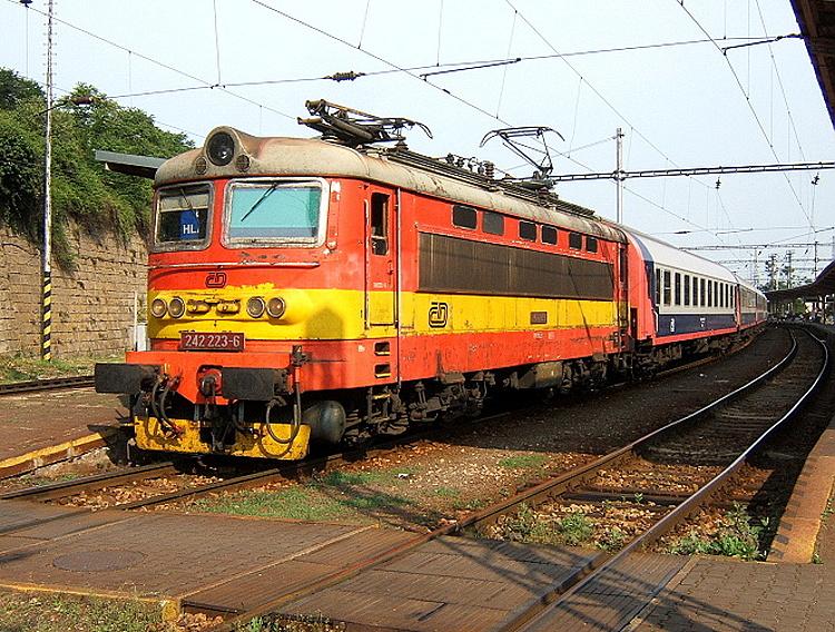 """24. mája 2007 pózuje na bratislavskej hlavnej stanici """"plechovka"""" 242.223 v unifikovanom náteru na Ex130 """"Morávia"""" (Bratislava hl. stanica - Břeclav - Bohumín), ktorá bola ako jedna z mála vybavená polopantografmi."""