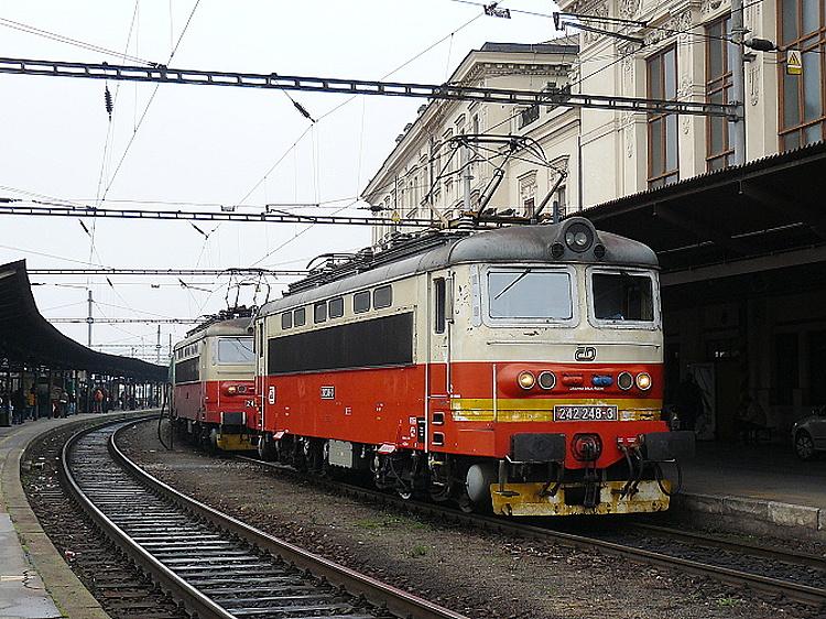 V deväťdesiatych rokoch sa prevádzkovateľ vracia späť k polomáčanému náteru, pridáva však navyše úzky 30 cm žltý výstražný pruh na čelo skrine nad rámom rušňa, tak ako prezentuje stroj 242.248 na brnianskej hlavnej stanici 28. novembra 2009 .