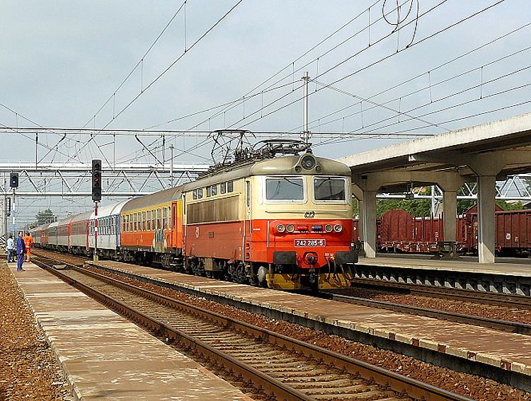 Rušeň 242.285 mimoriadne vezúci EC vlak 27. júna 2009 do Hodonína z dôvodu dočasnej neprejazdnosti trati z Břeclavi do Kútov, reprezentuje už nátery veľmi podobné náteru pôvodnému, ktoré sa na lokomotívach udomácnili, než ich v tomto roku začali nahrázať nové korporátne nátery ČD.
