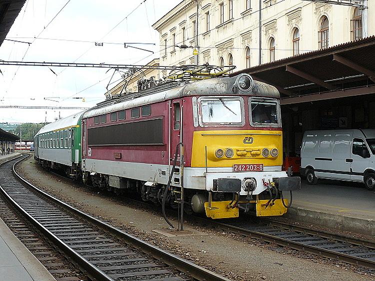 Podobný náter, ale s väčším podielom červenej farby bol (mimo iných) aplikovaný aj na rušni 242.203, ktorý bol fotografovaný na hlavnom nádraží v Brne 11. júla 2009 s osobným vlakom do Tišnova.