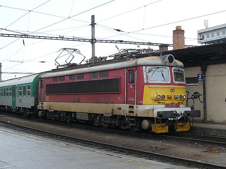 Rovnaký náter niesol aj rušeň 242.209 fotografovaný tiež v Brne, ale už 28. februára toho istého roku, ako viezol osobný vlak z Tišnova do Břeclavi.
