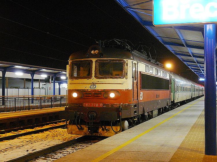 Minimálne rušne 242.273 a 242.278 (oba DKV Brno) niesli iný atypický náter v kombinácii hnedočervenej a krémovej s hnedým rámom a strechou. Druhý z nich čaká 19. januára 2009 v Břeclavi na odchod rýchlika z Olomouca do Brna v čase, než boli súpravy rýchlikov v tejto relácii doplnené o riadicí vozeň (pre neznalých treba upresniť, že v tejto stanici menil smer jazdy).