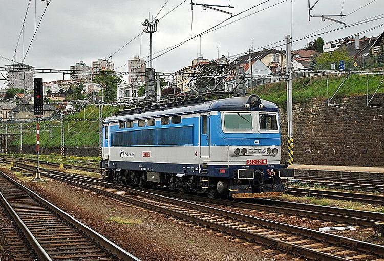 """Jeho druhý variant, nie nepodobný slovenskému korporátnemu náteru prezývaného podľa jeho autora """"blonski"""", viac zdôrazňuje línie skrine rušňa. """"Plecháč""""  242.221, ktorý reprezentuje zrejme """"prvú verziu"""" tohto nového prevedenia so širším svetlošedým pásom, odstupuje 15. apríla 2014 v Bratislave od rýchlika R 810 """"Gemeran"""" z Košíc a Zvolena."""