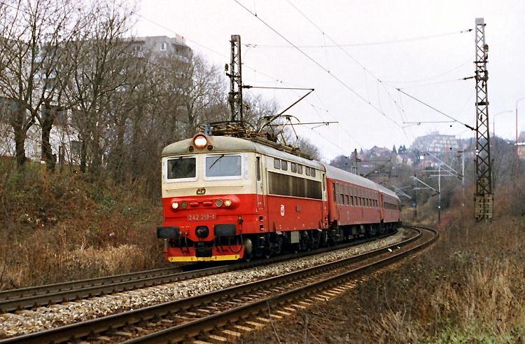 """Predposledný deň roku 2004 odchádza z Bratislavy """"plechová laminátka"""" 242.219 s rýchlikom R 232. Je vlastne aj prvým rušňom tohto radu, ktorý som fotografoval slovenských koľajách."""
