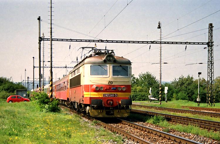 """Pri čakaní 2. septembra 2005 na príchod konvoja na tradičnú výstavu historických vozidiel na Rendezi prešiel stanicou Bratislava Vajnory s rušňom 242.248 rýchlik R803 """"Gemeran"""" z Bratislavy do Zvolena a ďalej do Košíc."""