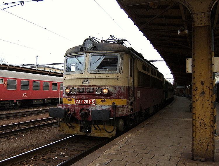 """Všetky """"plecháče"""" s polomáčaným náterom, ktoré sa objavili na Slovensku, mali svetlý odtieň červenej farby, ale stroj 242.261, ktorý 21. marca 2006 zastavil na hlavnej bratislavskej stanici s rýchlikom R 230 """"Rastislav"""" zo Štúrova do Brna, sa od ostatných odlišoval tmavým odtieňom červenej farby."""