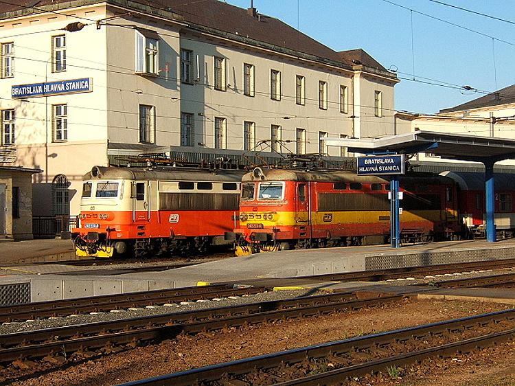 """Stretnutie rušňov 242.224, ktorá priviezla z Brna rýchlik R 235 """"Amicus"""" s pokračovaním do Štúrova, a 242.223 na bratislavskej hlavnej stanici v 21. apríla 2007."""
