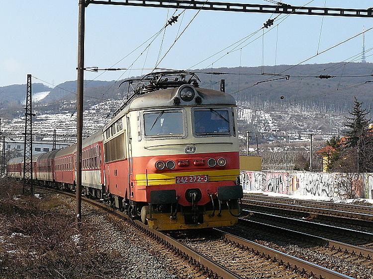 """""""Plechová laminátka"""" 242.272, ešte s výstražným pruhom, 21. februára 2010 s rýchlikom R 831 """"Tekov"""" do Banskej Bystrice zastavuje na stanici Bratislava Vinohrady."""