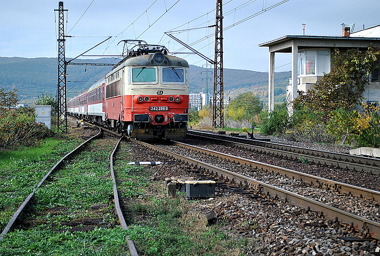 """V nedeľu 13. októbra 2013 bol v odbočke Močiar fotografovaný ten istý deň """"plecháč"""" 242.286 s rýchlikom R 833 """"Tekov"""" idúcim do Zvolena a ďalej ako zrýchlený vlak do Žiliny."""