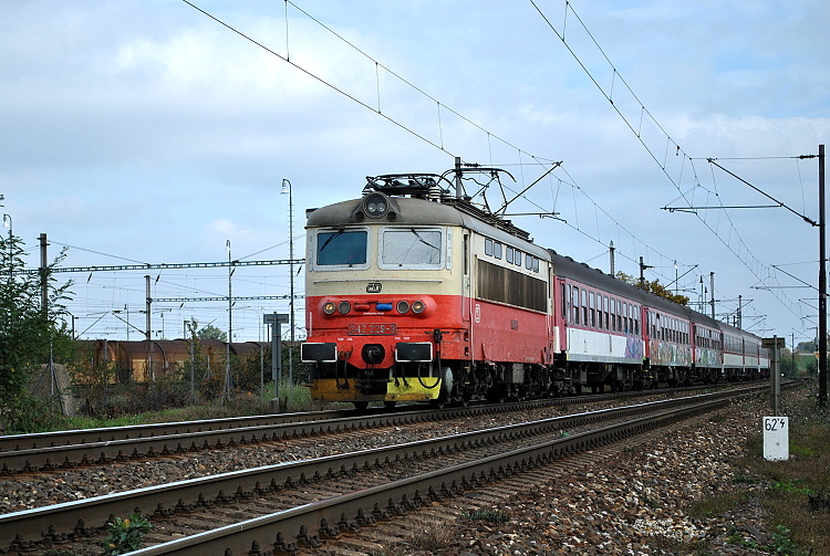 """""""Plecháč"""" 242.229 s rýchlikom R 810 """"Gemeran"""" prechádza neďaleko nového rušňového depa Bratislava východ II."""