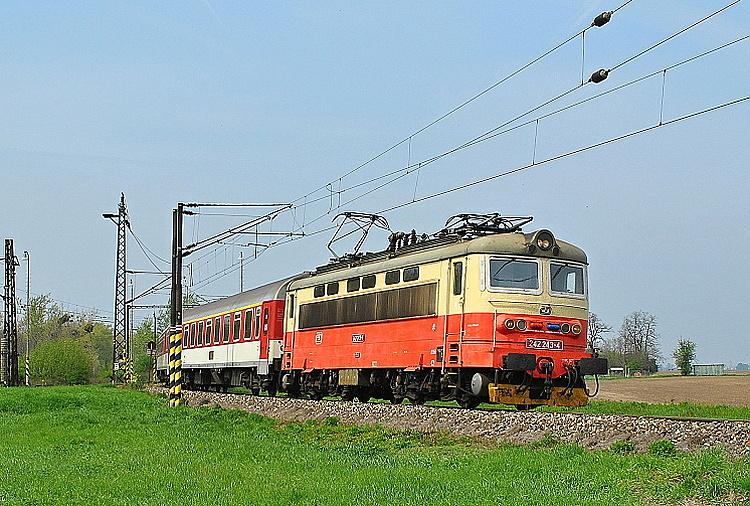 """S rýchlikom R 813 """"Sitno"""" vchádza 13. apríla 2014 rušeň 242.243 z Palárikova na jednokoľajnú spojku do Šurian."""