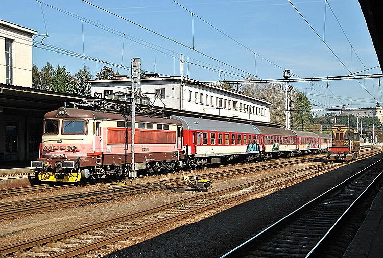 """Rýchliky od Košíc, resp. zrýchlené vlaky zo Žiliny, príp. z Prahy boli vo Zvolene posílené o dva vozne. Tie boli odstavené v priestore za prvým nástupišťom tak, aby výmena rušňov bola čo možno najjednochšia a najrýchlejšia. Preto všetky rýchliky na Bratislavu odchádzali od prvého nástupišťa, podobne ako 30. septembra 2014 s rýchlikom R 812 """"Sitno"""" rušeň 242.273."""