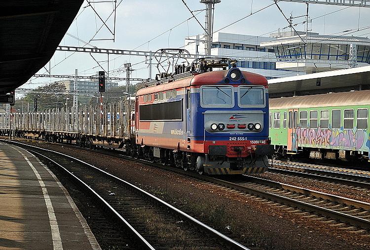 O rok a pol neskôr 26. októbra 2014 objektív fotoaparátu zachytil prejazd červeno-modrého rušňa v čele vlaku Trnavou.