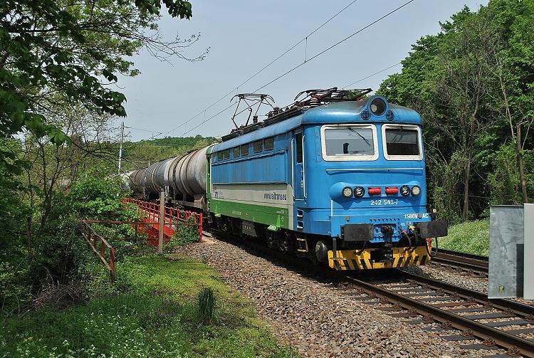 Druhá súkromnícka lokomotíva bola modrozelená 242.243, ktorá bola fotografovaná posledného apríla 2015 na výjazde z Červeného mosta.