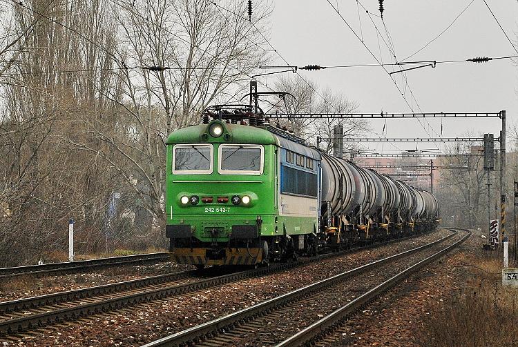 """Zo """"zelenej"""" strany bol rušeň 242.543 fotografovaný zahmlenného 2. januára 2014 neďaleko stanice Bratislava Nové mesto."""