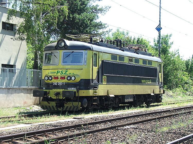 V súčasnosti má rušeň v dlhodobom prenájme spoločnosť PSŽ, ktorá na čelá doplnila iniciály firmy, žlto-čierny náter zostal. Bratislava Predmestie, 6. jún 2014, foto P. Polák.