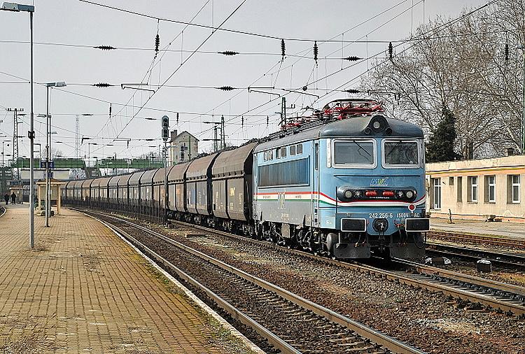 V nátere a registrácii spoločnosti MVA som rušeň odfotografoval 1. marca 2015 v maďarskom Komárome na závesu vlaku, v čele ktorého boli dva modernizované okuliarniky 753.7 AWT.