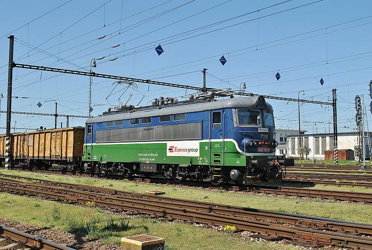 Rušeň 242.556 spoločnosti Express group bol 16. apríla 2015 pripravený v Štúrove na odchod so záťažou do Maďarska.