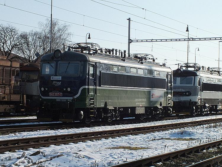 """V Břeclavi čaká rušeň 242.557 """"vo farbách"""" firmy Express group na svoj vlak. Břeclav, 7. 2. 2015, foto P. Polák."""