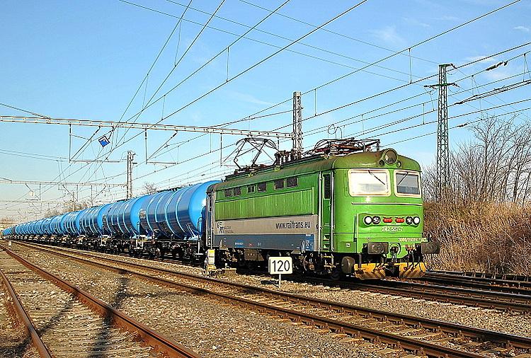Na poľudnie mrazivého posledného dňa roku 2015 vchádza do Devínskej Novej Vsi modro-zelená 242.557 so súpravou modrých cisterien RTI Wagon.