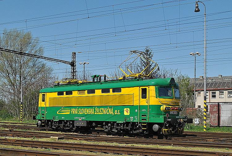 Keďže rušeň 242.262 spoločnosti LTB je dlhodobo prenajatý firme PSŽ, bol nalakovaný do jej firemných farieb. Fotografovaný bol 16. apríla 2015 v Štúrove pri návrate z Maďarska.
