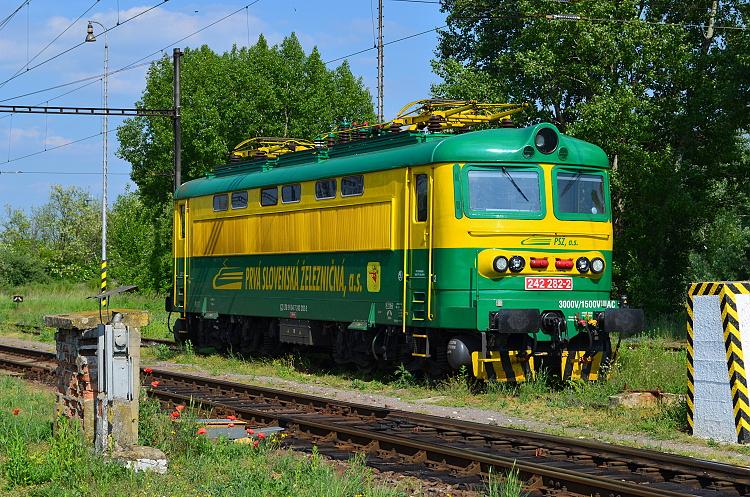 Rovnako ako rušeň 242.262 je aj tento dlhodobo prenajatý akciovej spoločnosti PSŽ a aj on nesie jej firemný náter v kombinácii zelenej a žltej farby. Štúrovo, 16. máj 2015, foto P. Polák.