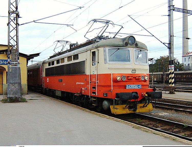 Ešte v pôvodnom nátere a v službách českého národného dopravcu 242.224 v nemodernizovanej stanici v Břeclavi čaká 10. septembra 2007 na odchod rýchlika R 233 z Břeclavi do Štúrova.