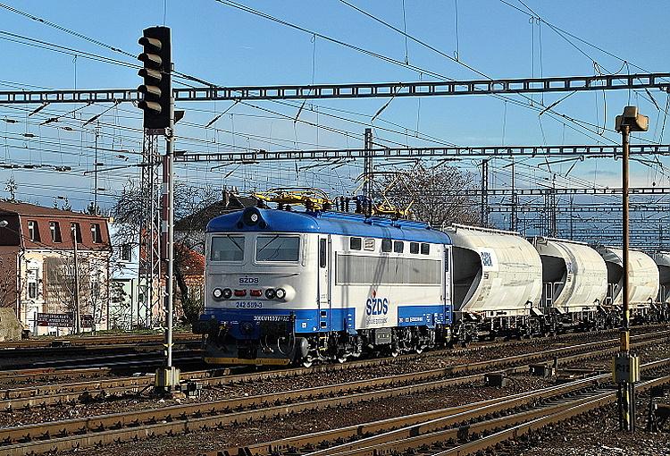 Vďaka svojej zvláštnej farebnej kombinácii modrej a bielej farby je rušeň 242.559 rozpoznatelný už z diaľky. Na snímke z 30. novembra 2015 prechádza s ucelenou súpravou bratislavskou stanicou do Kútov.