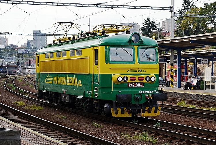 Rušeň 242.206, ktorý rovnako ako stroje 242.262 a 242.282 je dlhodobo prenajatý spoločnosti PSŽ a  nesie firemný žlto-zelený náter PSŽ, prechádza ako rušňovlak bratislavskou hlavnou stanicou.