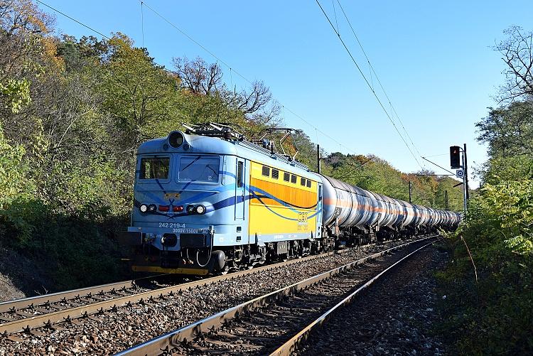 V slušivom modro-žltom nátere firmy CER prechádza 1. novembra 2015 rušeň 242.219 traťovým úsekom u Červeného mostu pred zastávkou Bratislava Železná studienka so súpravou kotlových vozňov. Foto M. Borský.