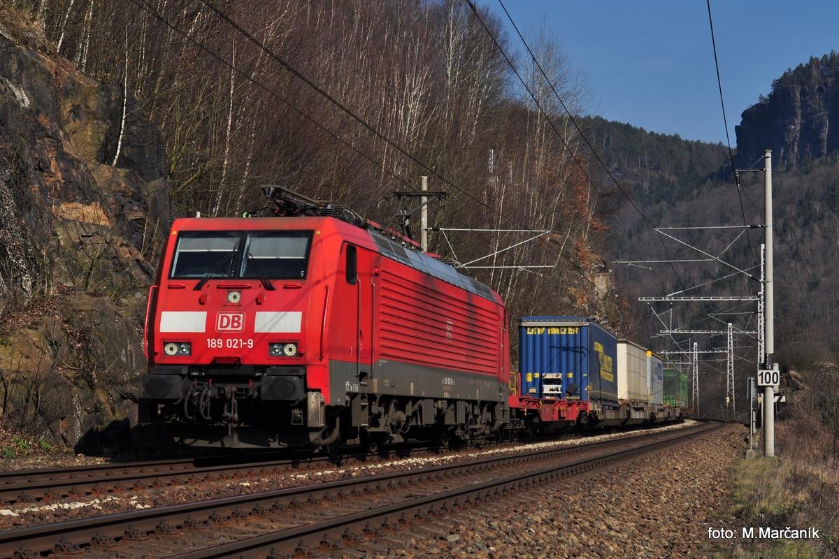 V marci som s kamošom vyrazil na sever Čiech, chceli sme pochytat nejaké zaujímave stroje okolo Dečína a tak sme vyrazili na Dolní Žleb. V čele Nexáku s návesami sa představuje 189.021 DB.