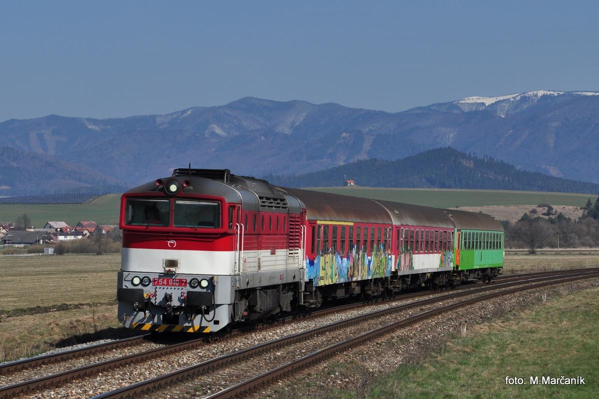 Začiatkom apríla som  niekolkokrát bol fotit na Slovensku. Okuliarnik  754.010 brzdí s Os vlakom do zast. Jazernica.