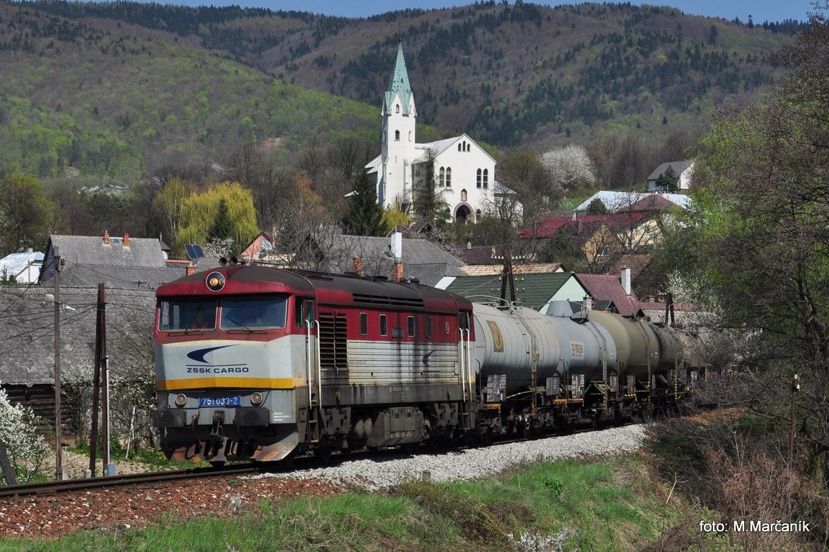 """A """"cecula"""" 751.033 s nákladným vlakom je zachytená na známom mieste v obci Chrenovec."""