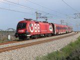 1116.225 s reklamným Railjetom ÖFB prechádza cez Zentralverschiebebahnhof vo Viedni