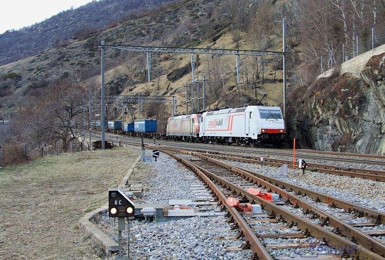 Rušne 185 579 + 185 592 prechádzajú dopravňou Lalden a smerujú do železničnej stanice Brig.