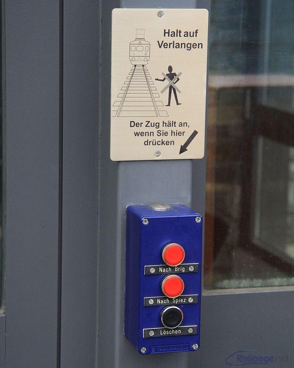 Ovládací panel v zastávke na znamenie. Jednoduché a jasné ako pre cestujúcich, tak pre rušňovodiča, ktorému je na riadiacom pulte signalizovaná požiadavka na zastavenie.