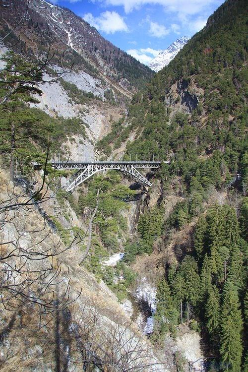 Pohľad na údolie s mostom Bietschtal-brücke.
