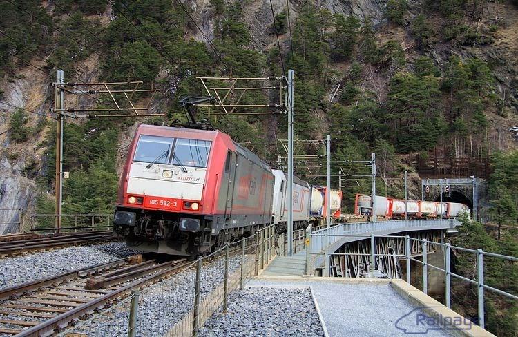 Nákladný vlak dopravovaný rušňami 185 592 a 579 stúpa k vrcholovému tunelu.