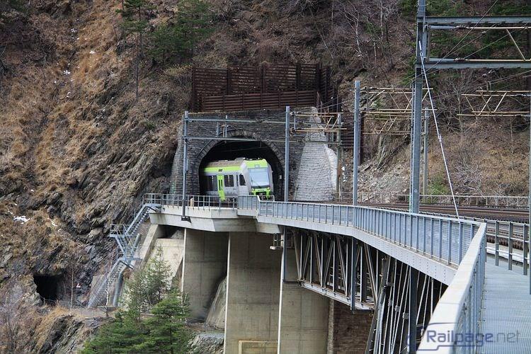 Na zábere s elektrickou jednotkou rady 535 vchádzajúcej do tunela sú tiež zachytené prístupové cesty, schody a trasa pre peších na moste.