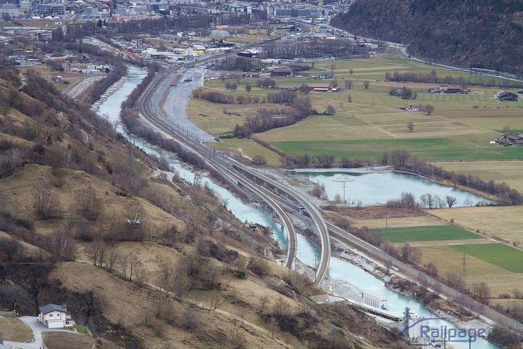 Pohľad na napojenie koľají vychádzajúcich z južného portálu Lӧtschberg Basis-tunela na trať Genéve - Laussane – Brig – Milano. V pozadí je mesto Visp.