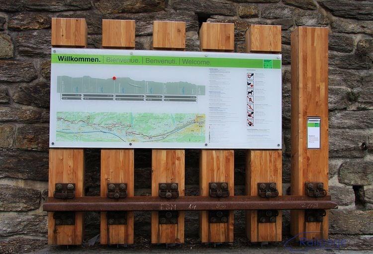 V priestore pred staničnou budovou je umiestnená veľká prehľadná mapa Lӧtschberger-Südrampe. V papierovej podobe ju získate bezplatne v každej stanici.