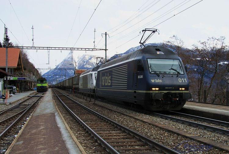 Dvojica lokomotív 465 011 + 465 016 prechádza železničnou stanicou Ausserberg popoludní 26.februára 2014a smeruje k vrcholovému tunelu.