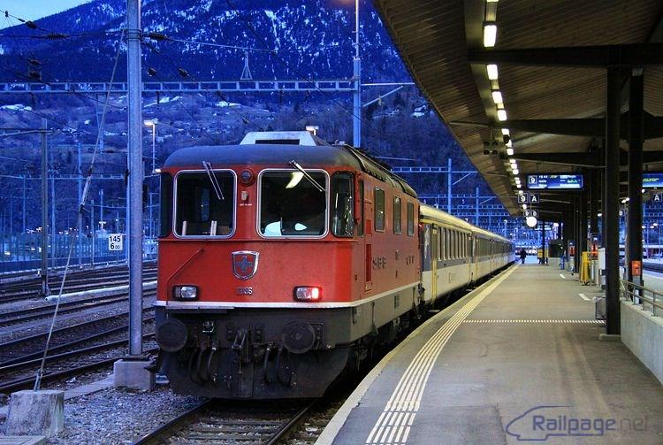 Lokomotíva Re4/4II 11136 s vratnou súpravou vyčkáva na čas odchodu vlaku do talianskej Domodosoly.