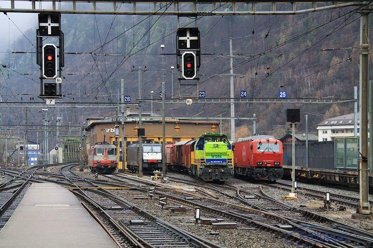 Koľajisko pred halou v depe na rozdiel od predchádzajúceho dňa bolo zaplnené odstavenými lokomotívami a požiarnym vlakom (na snímke úplne vpravo).