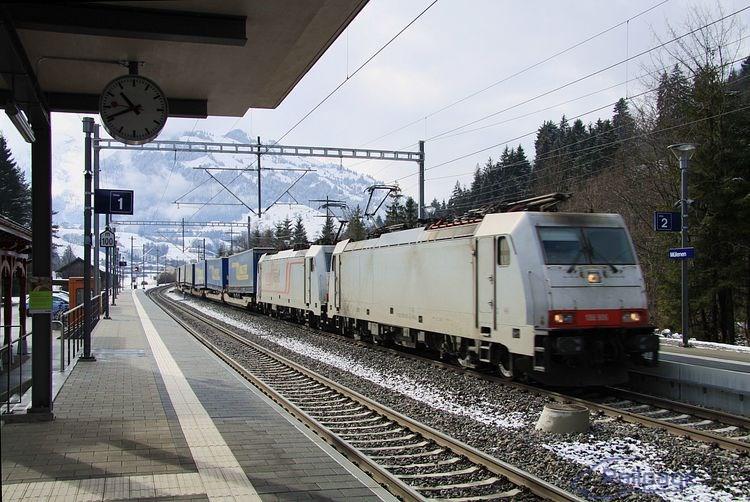 Niekoľko minút po príchode do zastávky Mülenen som mal možnosť už po tretí raz vyfotografovať  dvojicu lokomotív 185 592 a 579.