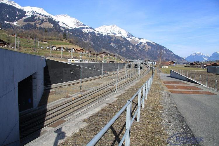 Pohľad od portálu Lӧtschberg Basis-tunela smerom k železničnej stanici Frutigen 25. februára 2014. Pri portáli tunela som prestál skoro hodinu, ale idúceho vlaku som sa nedočkal.