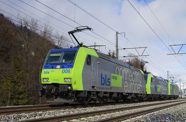 Trojica lokomotív rady 485 BLS s vedúcim strojom 485 006 prechádza počas jazdy proti správnemu smeru zastávkou Mülenen smerom do Frutigenu.