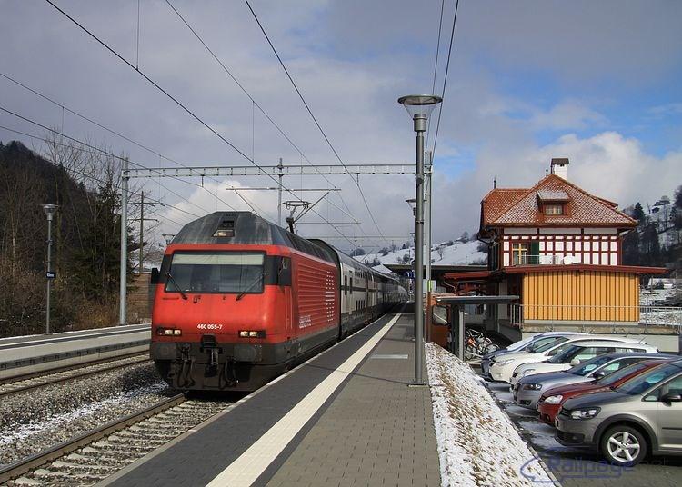 """Jeden z mnohých """"poschodových"""" IC vlakov SBB, v tomto prípade dopravovaných rušňom 460 055, prechodí zastávkou Mülenen."""